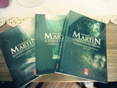 Livro 1, 2 e 3 das 'Cronicas de Gelo e Fogo' de George R. R. Martin, pela Leya.